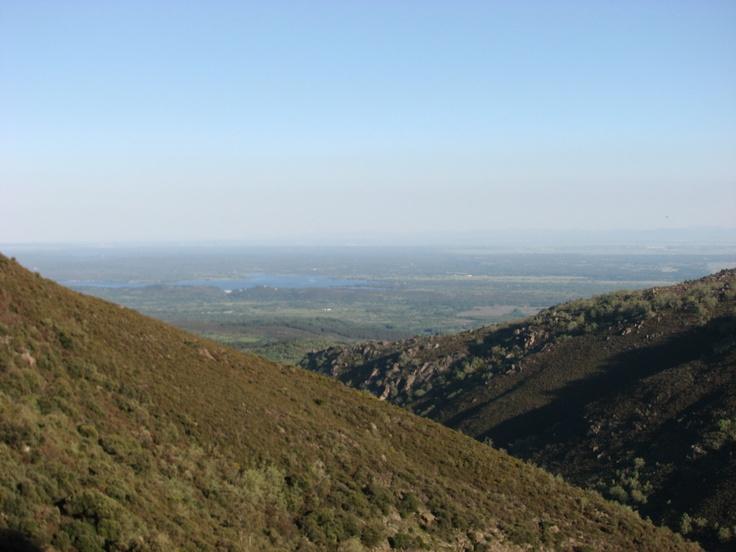 Vistas sobre el Pantano de Rosarito perteneciente a Madrigal de la Vera. Al fondo el Valle del Tiétar y el Campo Arañuelo.