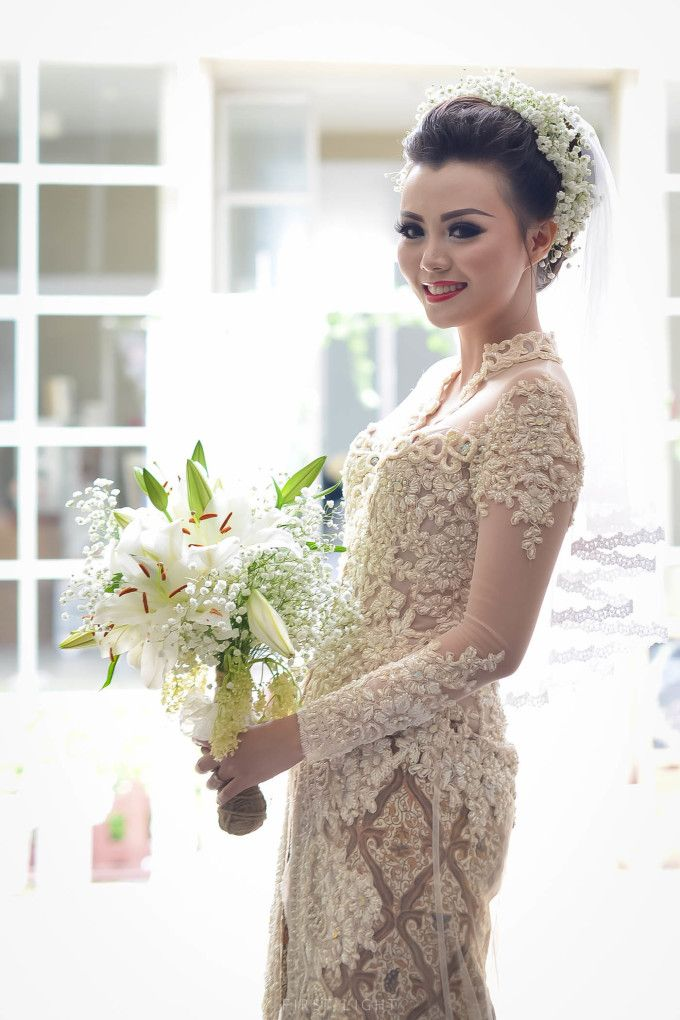 Ivory kebaya match with red lipstick perfect for your wedding | Rustic Ballroom Wedding With A Traditional Flair | http://www.bridestory.com/blog/rustic-ballroom-wedding-with-a-traditional-flair