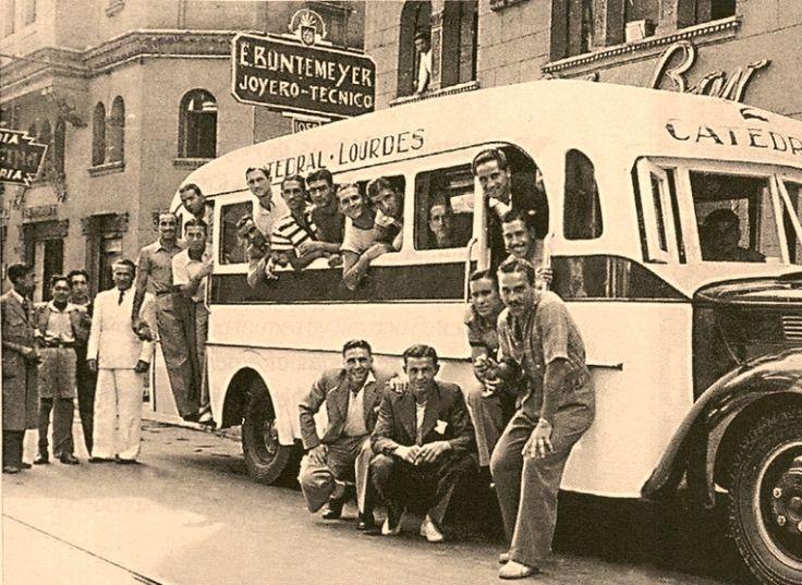 https://flic.kr/p/Ct96kx | el bus de la Selección Argentina de 1941 posa frente al Hotel City, calle Compañia.  La micro Catedral Lourdes era mitad madera mitad metal- | es la COPA AMÉRICA 1941. Los integrantes de la Selección Argentina, en un moderno bus, recorren las calles de Santiago de Chile. Luego conquistaron la copa.  El Campeonato Sudamericano de Selecciones Extraordinario 1941 fue la 16.ª edición del Campeonato Sudamericano de Selecciones, competición que posteriormente sería…
