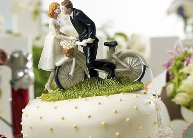 Vocês se conheceram no parque enquanto andavam de bicicleta? Esses noivinhos ciclistas, são feitos de porcelana e pintados à mão! Ideal para aqueles casais pra lá de românticos.  www.noivinhostopodebolo.com