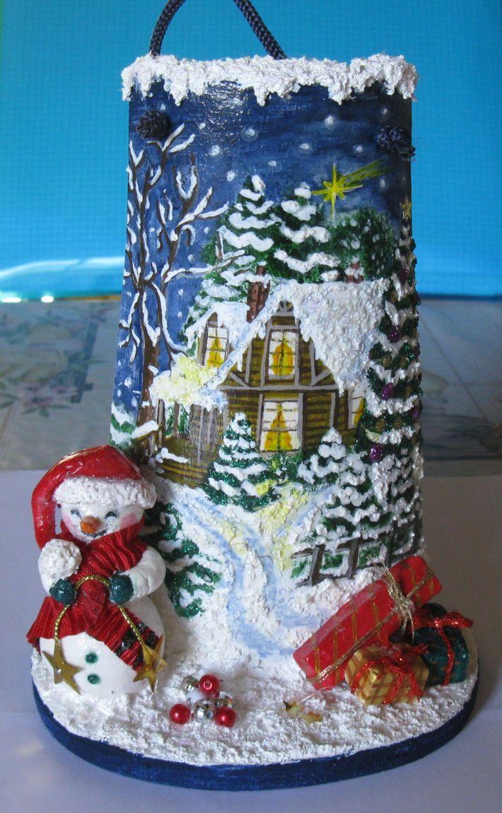 Tegola dipinta a mano con omino di neve e pacchi dono
