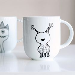 Learn how to transfer gorgeous designs on to coffee mugs and create a bespoke set using a porcelain marker. Easy step-by-step tutorial.