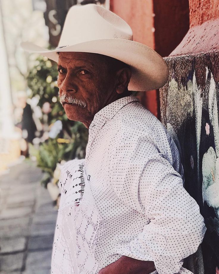 Another cool guy spotted in the colorful San Angel market.     #theportraitpr0ject#portraitsfromtheworld #peoplephotatoes #bravogreatphoto #endlessfaces #majestic_people_ #freepeople #cheadsmagazine #marvelous_shots #postmypicssticks #ftwotw #postthepeople #makeportraits #portraitvision #igshotz #TheBest_Capture #mobilemag #gramslayers #soft_vision #phototag_it #urbanromantix #citykillerz #way2ill #streets_vision #citygrammers #streetphotography #streetphotographers#of2humans #portraitpage