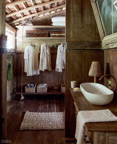 Prateleiras são sustentadas por cordas no armário, sempre aberto para evitar mofo.