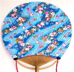 Hinaga Uchiwa fans have more than 300 years of history. This one includes a small ball to add fragrance. This makes its breeze even more enjoyable.