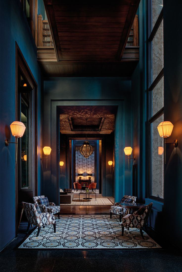 I love the tall ceilings and dark paint choice. I would have chosen a different wall scone to accentuate the height more.  O principal bar do hotel - Conheça o Royal Palm Marrakech