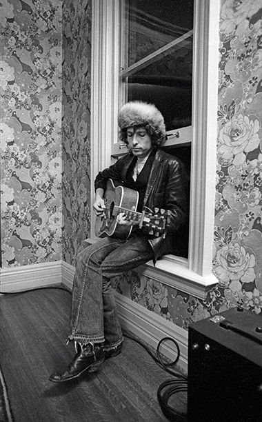 18 Rare Photos From Bob Dylan's 'Rolling Thunder Revue' Tour | Bob Dylan at Gordon Lightfoot's House in Toronto in 1975 | EW.com