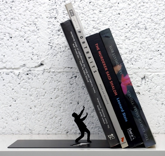 Un serre livre original pour la bibliothèque qui évoque les scénettes de Thomas Allen (livres et papier découpé) / Falling Bookend par Artori Design / #deco #bibliotheque #livre http://www.artoridesign.com/