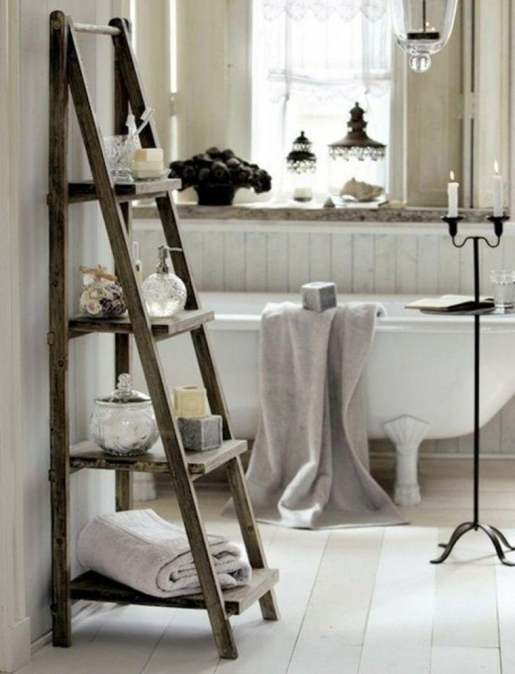 une échelle en bois transformée en étagère créative dans la salle de bains
