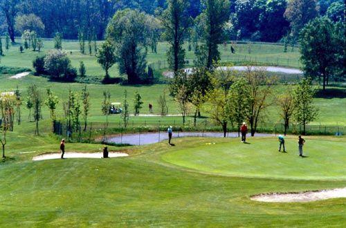 Durante il giorno, potrei giocare a golf in un circolo di golf di Salsomaggiore. Il circolo di golf è sette miglio di la centro di citta, cosi prenderei il taxi o il autobus. Avrei bisogno di prendere a noleggio una sacca di golf con mazze da golf e un auto da golf a spostarsi il campo.