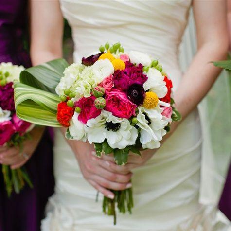 El ramo de novia contó con mucha textura y color con flores de la anémona en blanco y negro, bolas de billy amarilla redondas y grandes hojas plegadas.
