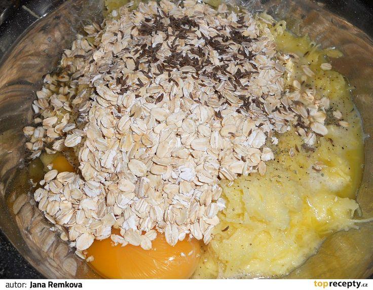 Brambory a česnek nastrouháme, přidáme ovesné vločky, vejce a koření - dle chuti. Záměrně neuvádím množství.Vše smícháme dohromady a necháme...