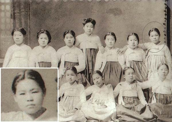 korean school girls in 1910s #hanbok  School girls from Korea, I guess from north Korea. (pm)