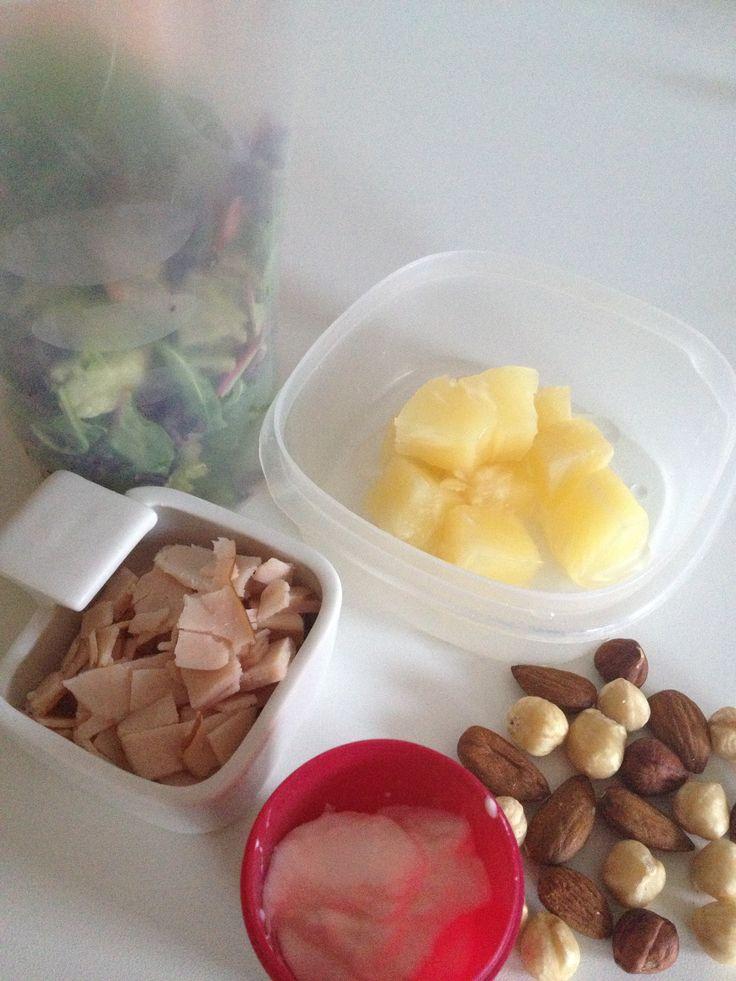 Kipfilet, ananas (uit blik), noten, Griekse yoghurt, sla