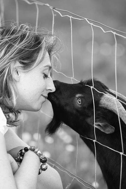 Au Domaine du Martinaa, nous aimons les animaux et vous le faisons partager !! Vous pourrez choisir de passer un weekend ou une location de vacan ces dans nos gîtes au coeur d'un parc animalier de 4 hectares avec Piscine chauffée !! Découvrez sur cette photo, Valérie et Bibi notre bouc nain élevé au Biberon ... Kiss From Normandy ... Bises à tous ... Valérie... www.martinaa.fr ... 02 31 32 24 80 ou mail@martinaa.fr