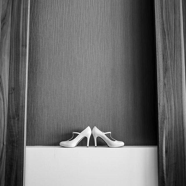 Detalles.⠀ ⠀ #detallesdeboda #zapatosdeboda #boda #bodas2016 #sevilla #soniaperales #soniaperalesfotografia #destinationwedding @instagram @livefolk #cadiz #bilbao #madrid #headdress #weddingstyle #folkwedding #ukwedding #malaga #pinterest #tumblr