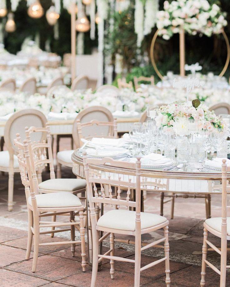 Las sillas Bragança en combinación con las Louis XVI en la boda de Aya & Adam el pasado 8 de julio en @bellreco #barcelona  Boda de @tuccoweddingsanduniqueaffairs  @victoralaez . . . . . . #ayadam2017 #lebanesewedding #lebaneseweddings #lebaneseweddingdecor #indianwedding #pedronavarroweddings #destination wedding #weddindday #wedding2017 #weddingstyle #weddinddecor #bodas2017 #decoracion #luxury #luxuryweddings #mirror #chairs #sillasbragança #sillaslouisxvi