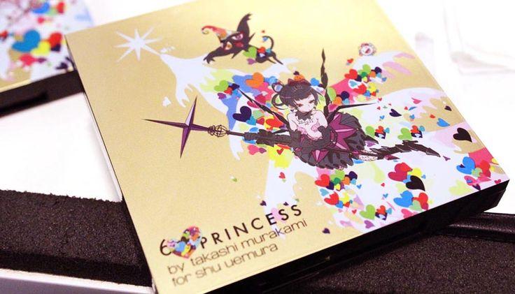 Японский художник Такаши Мураками не новичок в модном бизнесе: мы все помним, например, его успешное сотрудничество с Louis Vuitton, которое стало возможным благодаря Марку Джейкобсу. Этой осенью Мураками решил освоить и бьюти-индустрию: под его художественным руководством создана рождественская коллекция Shu Uemura под названием Six Heart Princesses.