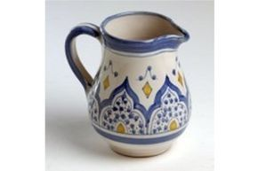 Las lecheras andalusís están elaboradas por artesanos procedentes de Granada que han recreado las antiguas técnicas de alfarería de la época hispano musulmána, color azul.. La tiene disponible en dos tamaños: 2 tazas 6 tazas (+9,00 €)