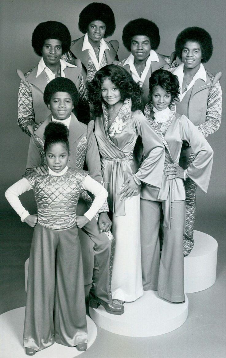 From left, back row:Jackie Jackson, Michael Jackson,Tito Jackson,Marlon Jackson. Middle row: Randy Jackson,La Toya Jackson,Rebbie Jackson. Front row:Janet Jackson(1977)