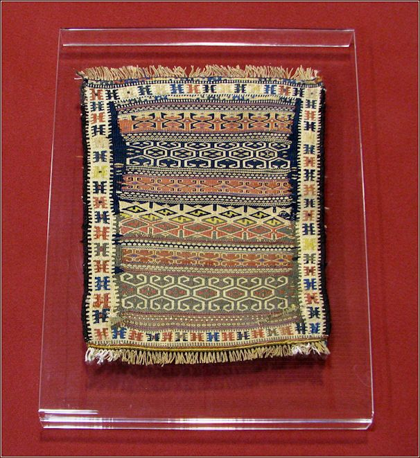How to hang up Tapestris and kilim Different ways exist for hanging a fabric, a tapestry or anantique carpet: with metallic bars or by passers fixed on the piece to hang, with rings or hooks