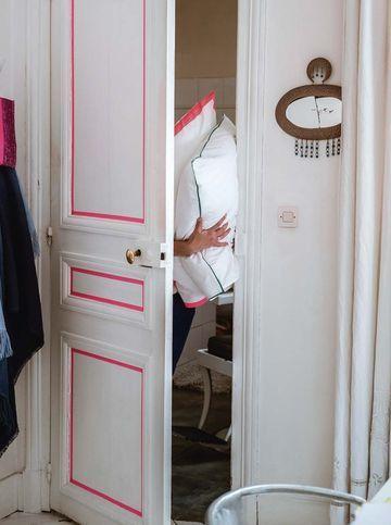 Une idée toute simple quand on veut apporter modernité et couleur à une porte : souligner ses moulures avec un ruban adhésif masking tape (3,30 euros le rouleau, La Fabrique du canari). Et si on est lassé de la teinte, l'adhésif s'enlève facilement.    Astuce de pro : Pour poser le masking tape, suivez le contour des moulures et marouflez, tout doucement, au fur et à mesure.