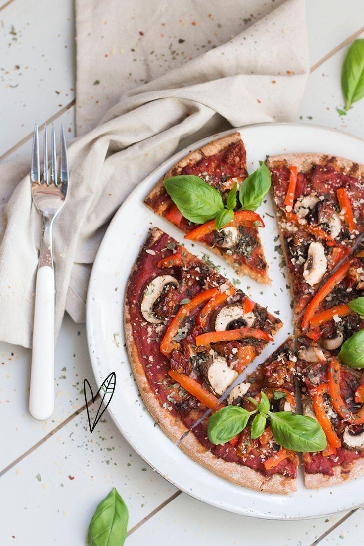 We love pizza! En dan vooral deze vegan variant met heerlijke verse groenten. Met dit recept maak je gelijk genoeg voor twee. Pizza date night, anyone?