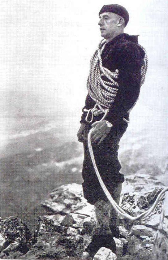 Ο Δημήτρης Μητρόπουλος,ο διάσημος Έλληνας πιανίστας, συνθέτης και διευθυντής της Φιλαρμονικής Ορχήστρας της Νέας Υόρκης,στην κορυφή του Ολύμπου. Ο Μητρόπουλος υπήρξε μανιώδης ορειβάτης