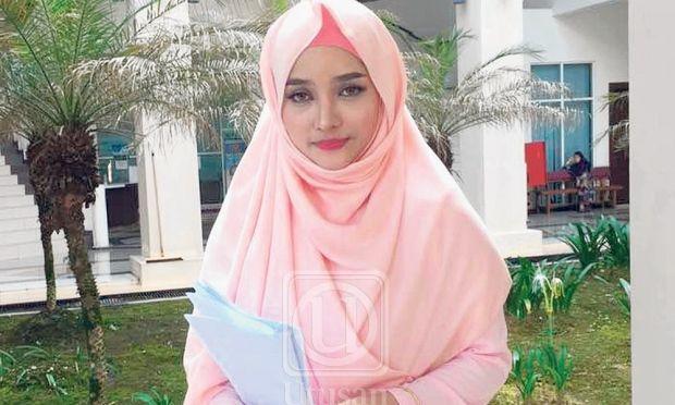 Video: Joy Revfa yakin pernikahannya dengan Hafiz Hamidun sah failkan faraq untuk tuntut hak sebagai isteri dan wanita   Isteri kepada penyanyi Hafiz Hamidun Siti Arifah Mohd. Amin atau lebih dikenali sebagai Joy Revfa memfailkan faraq (pembubaran nikah) bagi menuntut haknya sebagai seorang isteri dan wanita.    Video: Joy Revfa yakin pernikahannya dengan Hafiz Hamidun sah failkan faraq untuk tuntut hak sebagai isteri dan wanita      Joy berkata dia sudah memfailkan permohonan tersebut…