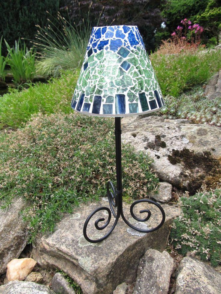 Lampa na čajovou svíčku Lampa na čajovou svíčku, výška 28 cm. Materiál - sklo a kov. Stínidlo - výška 10 cm, šířka vrchní části 5 cm a dolní části 12 cm.