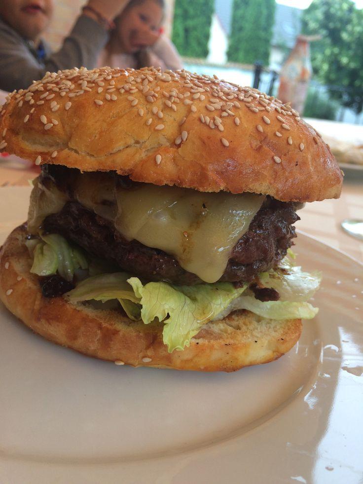 Első itthoni hamburger élményünk, jubilálódásom tiszteletére követtem el. Van vele csöpp meló, de az eredmény kárpótol mindenért. Hamburger függőknek, tökéletes első lépcső. És amúgy sincs nehéz kaja, csak kevés sör! ;)   A húspogácsa   A hús az marha comb volt. Úgy kértem kedvenc hentesemnél, hogy egy...