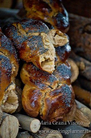 Il pane dolce del sabato con farina di castagne e ripieno di datteri e cioccolato/ mele, melograno e zucchero di canna