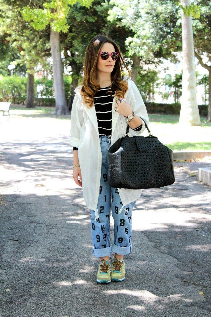 Jeans a vita alta e un paio di sneakers borchiate