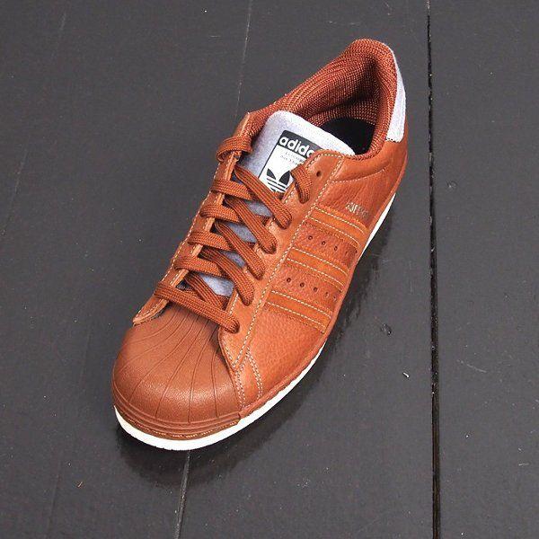 Découvrez la Adidas Superstar 80's Varsity Jacket Brown, un modèle homme en cuir pleine fleurs marron (collection automne 2015).