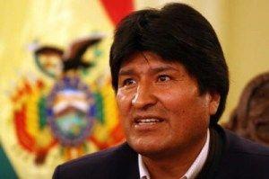 """Paulo Portas proíbe aterragem de avião de Evo Morales em Portugal  No dia em que apresentou o seu pedido de demissão, Paulo Portas impediu o avião do Presidente da Bolívia, Evo Morales, de reabastecer em Portugal por """"suspeitas infundadas"""" de que Edward Snowden poderia estar a bordo, segundo noticiou a RTP. A Bolívia pretende apresentar queixa pelo """"cancelamento inexplicável"""" da autorização do seu voo sobre França [...]"""