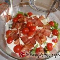 Πράσινη σαλάτα με μπέικον και σος φέτας