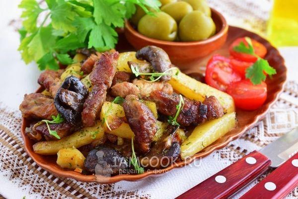 Жареная картошка с мясом и грибами