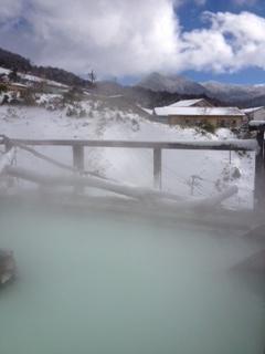白濁した9つのお湯がある、まさに「効く」温泉が、群馬の万座温泉「日進館」です。写真は、雪山を見ながら入る露天風呂「極楽湯」。湯治もできるので、次は長いこと泊まってみたいです。  【SPUR編集長 内田秀美】  http://lexus.jp/cp/10editors/contents/spur/index.html  ※※掲載写真の権利及び管理責任は各編集部にあります。LEXUS pinterestに投稿されたコメントは、LEXUSの基準により取り下げる場合があります。