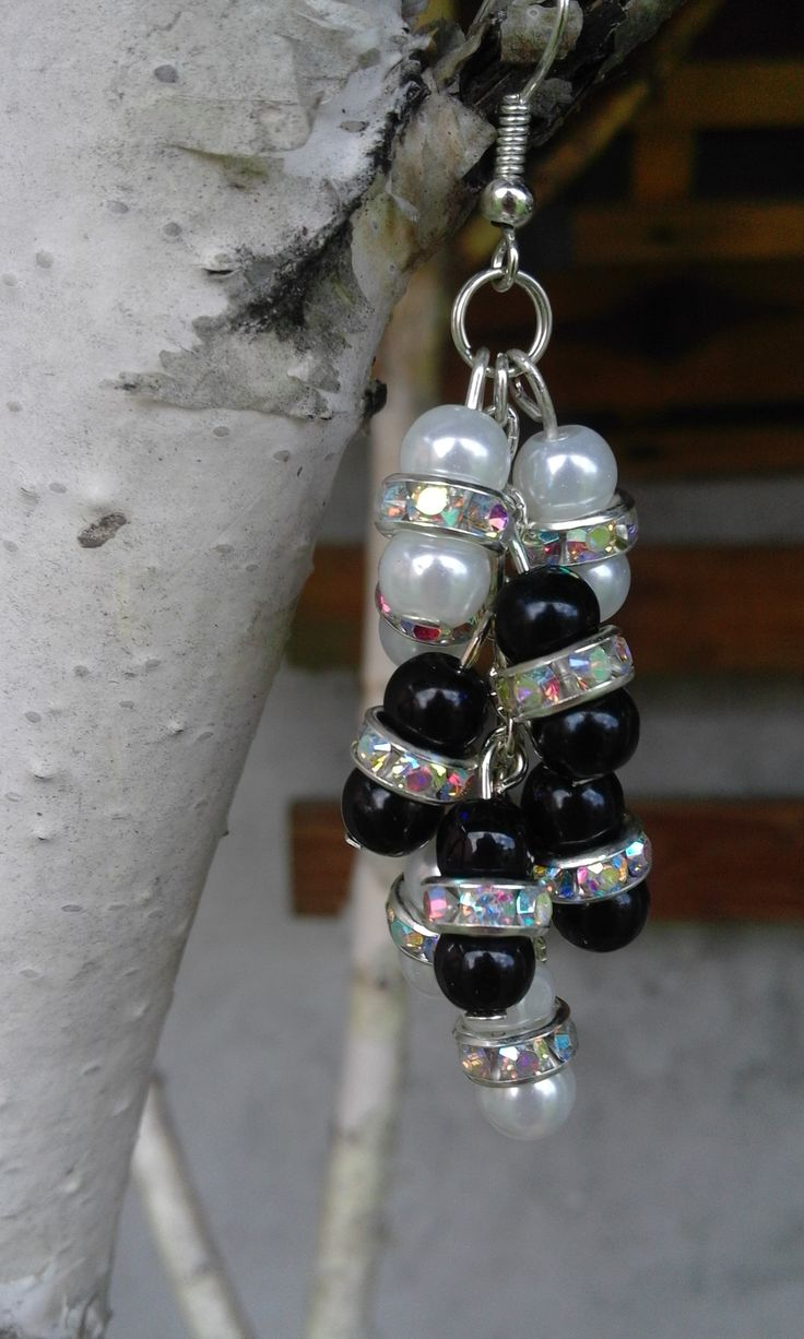 Pieces are made of three parts: two beads and one element between them.