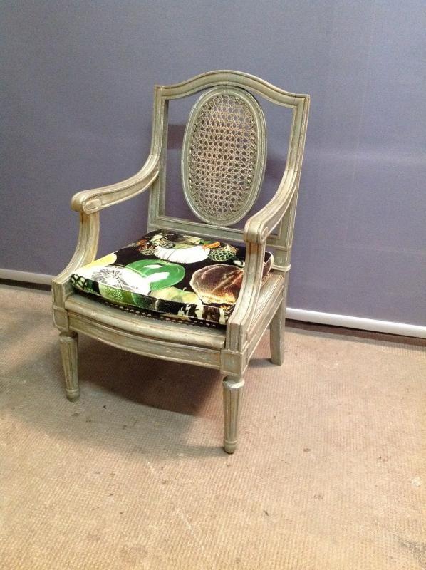 A vendre fauteuil enfant Louis XVI cané, coussin d'assise avec tissu Christian Lacroix    Atelier Bacchetta