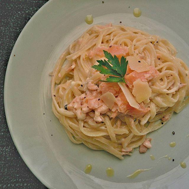 #linguini με καπνιστό σολομό, Σαββατιανό, πράσινο πιπέρι και παρμεζάνα. #pasta #iprimi #salmone #salmon #smoked #parmesan #cream #greenpepper #delicious #tasty #yummy #mimiscooks #firstcourse