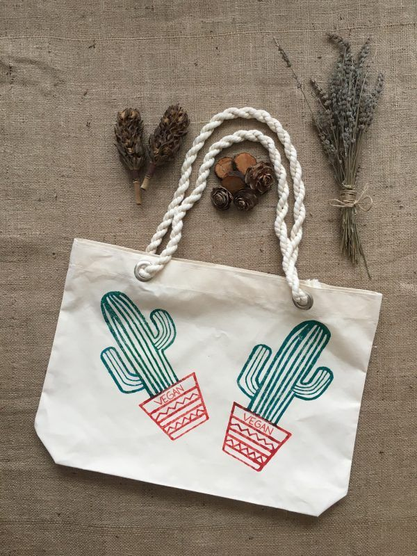 Tamamen el yapımı bir bez çantadır.  Sapları pamuk halattan yapılmıştır.  Üzerine kumaş boya ile desen çizilmiştir.