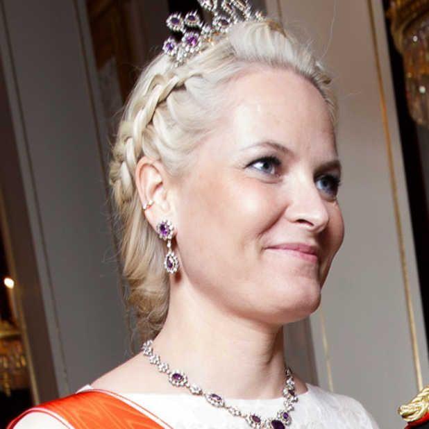 PÅ GALLA: Da Mette-Marit deltok på slottsgalla i midten av mars var hun iført et klassisk og konservativt antrekk, men kompenserte med piercingen i høyre øre. Foto: NTB scanpix