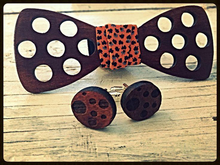 Set papion si butoni  din lemn handmade disponibil pe www.climentart.ro                Papioanele din lemn Climent Art sunt concepute pentru ati oferi confort si valorifica personalitatea.   Vara aceasta abordează o imagine proaspăta cu ajutorul accesoriilor din lemn #handmade Climent Art ce sunt usor de asortat, tranformand orice tinuta intr-o aparitie spectaculoasa.       Online pe www.climentart.ro    0745335885     Un papion, o poveste