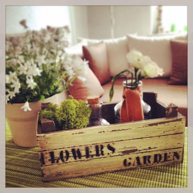 Alte Holzkisten verleihen dem kleinen Deko-Garten einen besonderen Charme.