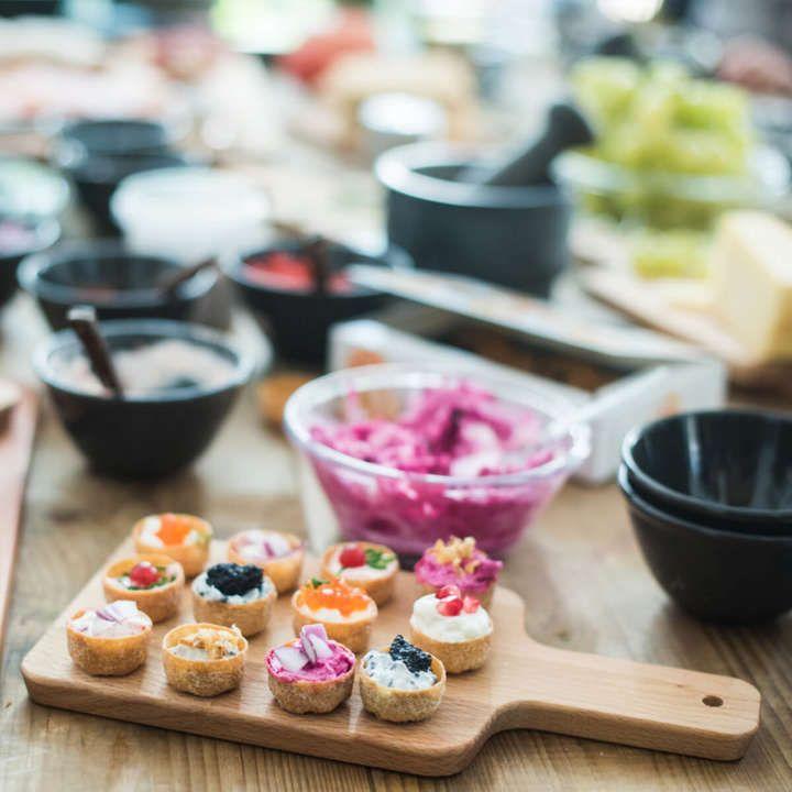 Il menu di questo Capodanno ha delle vivaci note di colore e sapore, grazie al fantasioso abbinamento di ingredienti nordici e mediterranei. Anche gli amici aiutano nella creazione delle ricette e contribuiscono con i loro tocchi personali.