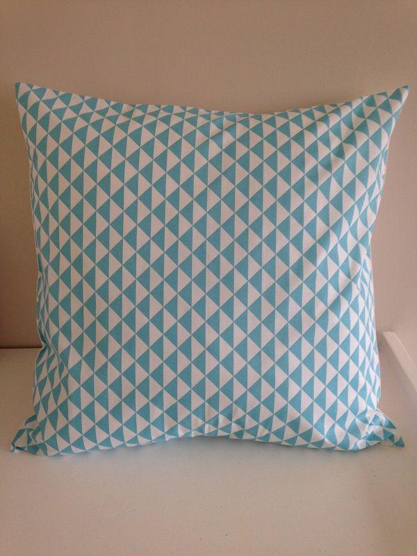 Turquoise et blanc triangles housse de coussin taille 50x50 cm. Création unique sur la boutique La Fée Ninova. Accessoires et décoration.