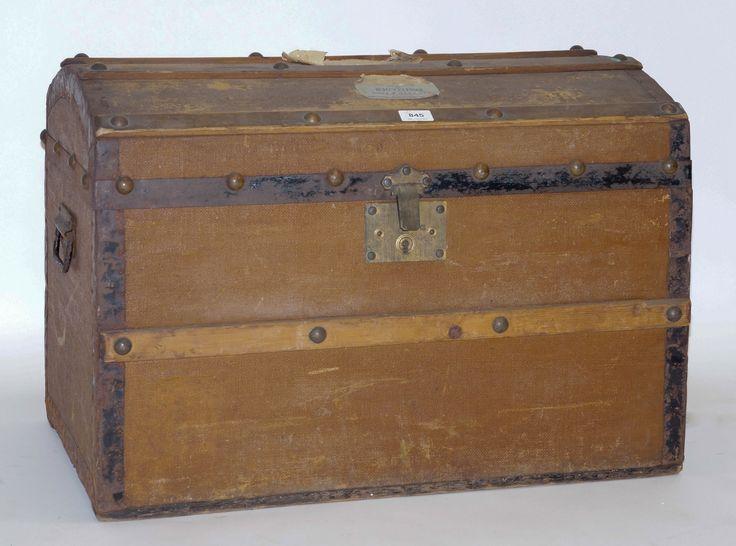 Een bruine met jute bekleedde hutkoffer met houten banen en koperen beslag, Kofferfabriek FKN Born, Den Haag, eerste kwart 20e eeuw
