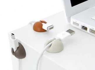 Gezinnig - Een kabelclip (CableDrop) houdt kabels op z'n plek als je ze loskoppelt van je laptop. Superhandig!    Je plakt de clip aan de zijkant van je bureau (of waar je maar wilt) en het snoer valt niet op de grond. Geschikt voor laptop-, computer- en oplaadkabels.  €9,95  Verpakt per 6 stuks (wit of moderne kleurcombinaties).