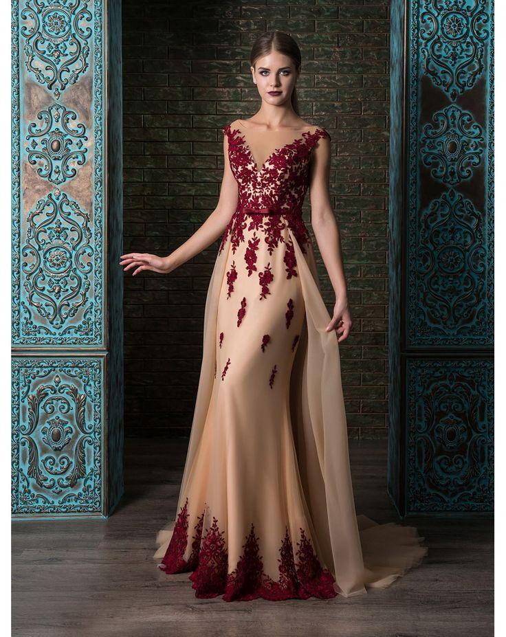 Luxusné úzke večené šaty s odnímateľnou vlečkou posiate čipkou. Postavu dotvaruje šnurovačka. Ocenia najmä vysoké dámy s krásnou súmernou postavou.